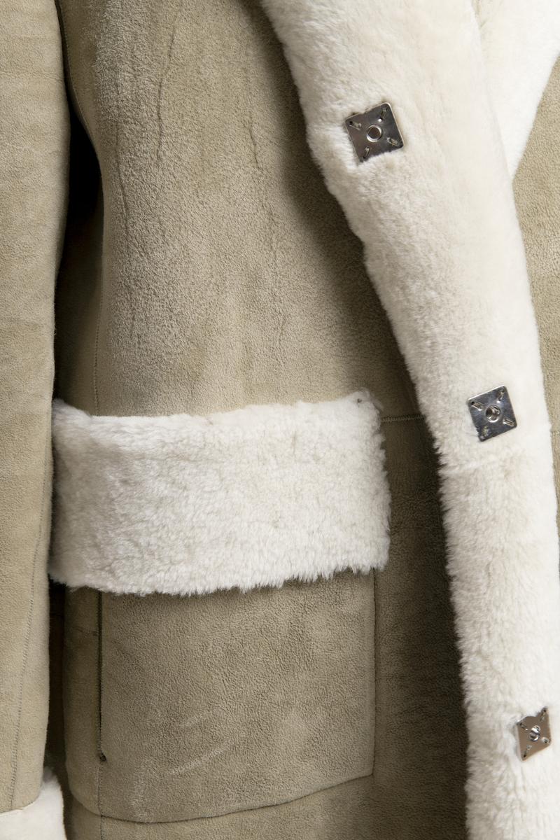 Leader-long-manteau-agneau-retourne-closeup