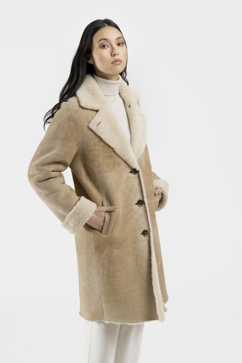 Liesse-manteau-col-revers-agneau-retourne-merinillo-closeup