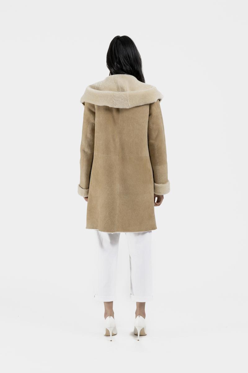 Lucie-manteau-capuchon-agneau-retourne-merinillo-dos