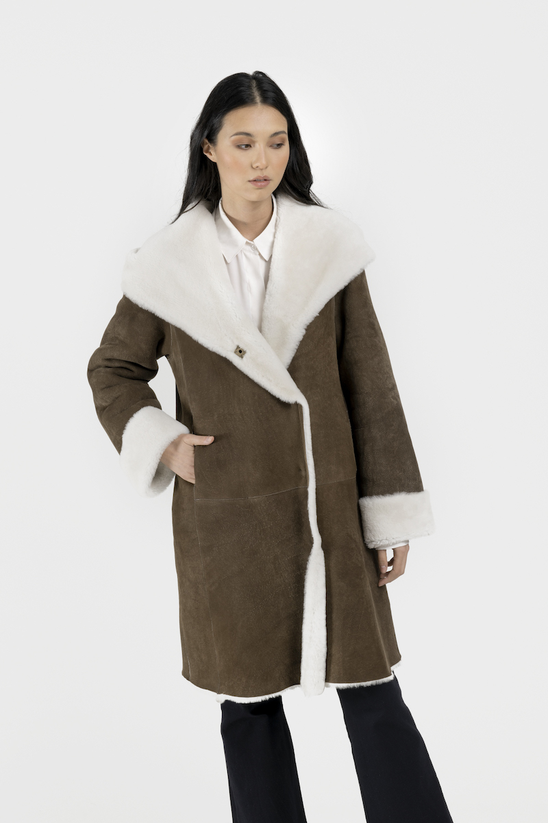 Manteau-reversible-capuchon-agneau-merinos-closeup