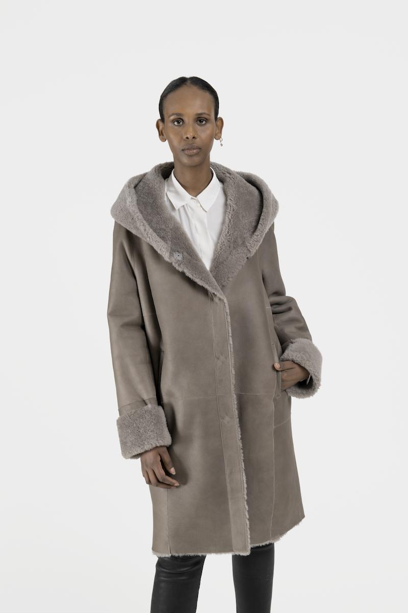 Remake-manteau-capuchon-agneau-retourne-closeup