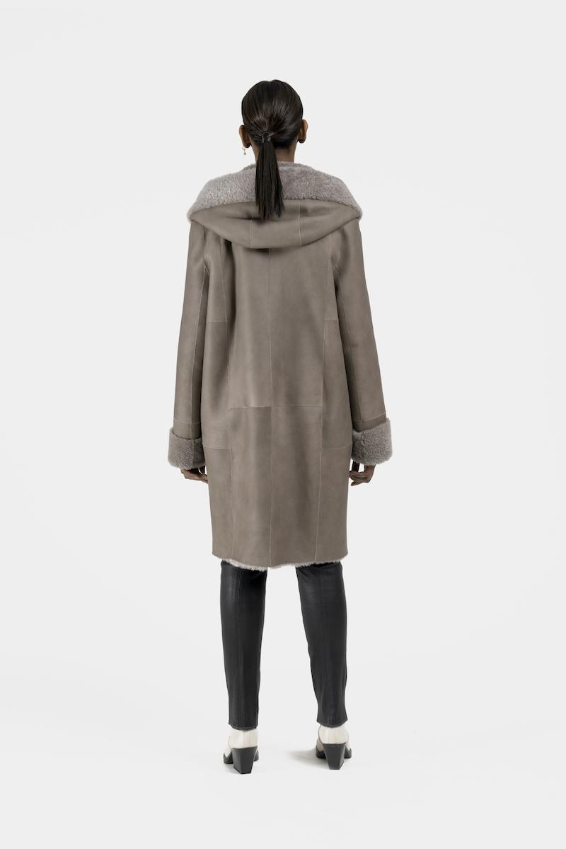 Remake-manteau-capuchon-agneau-retourne-dos