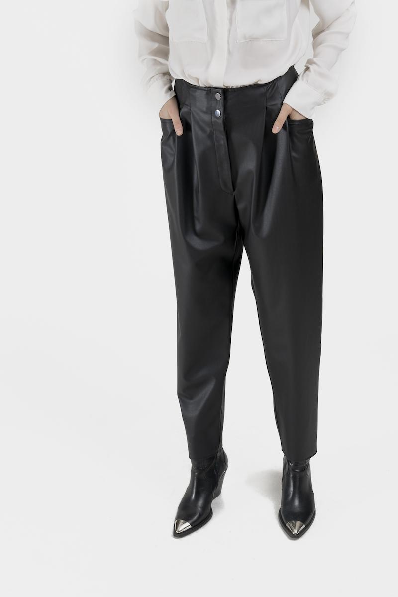 Verona-pantalon-taille-haute-coupe-droite-cuir-vegan-closeup