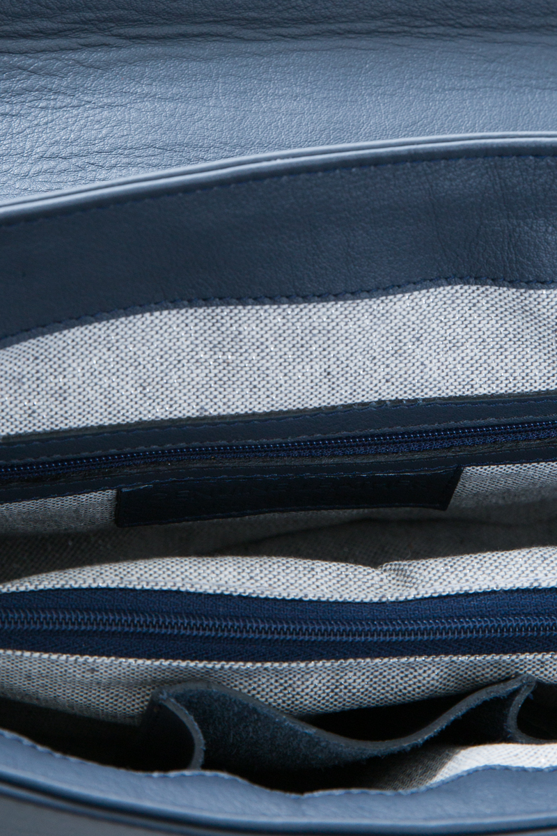 amazone-sac-a-main-pochette-enveloppe-bandouliere-cuir-veau-italien-pleine-fleur-bleu-detail