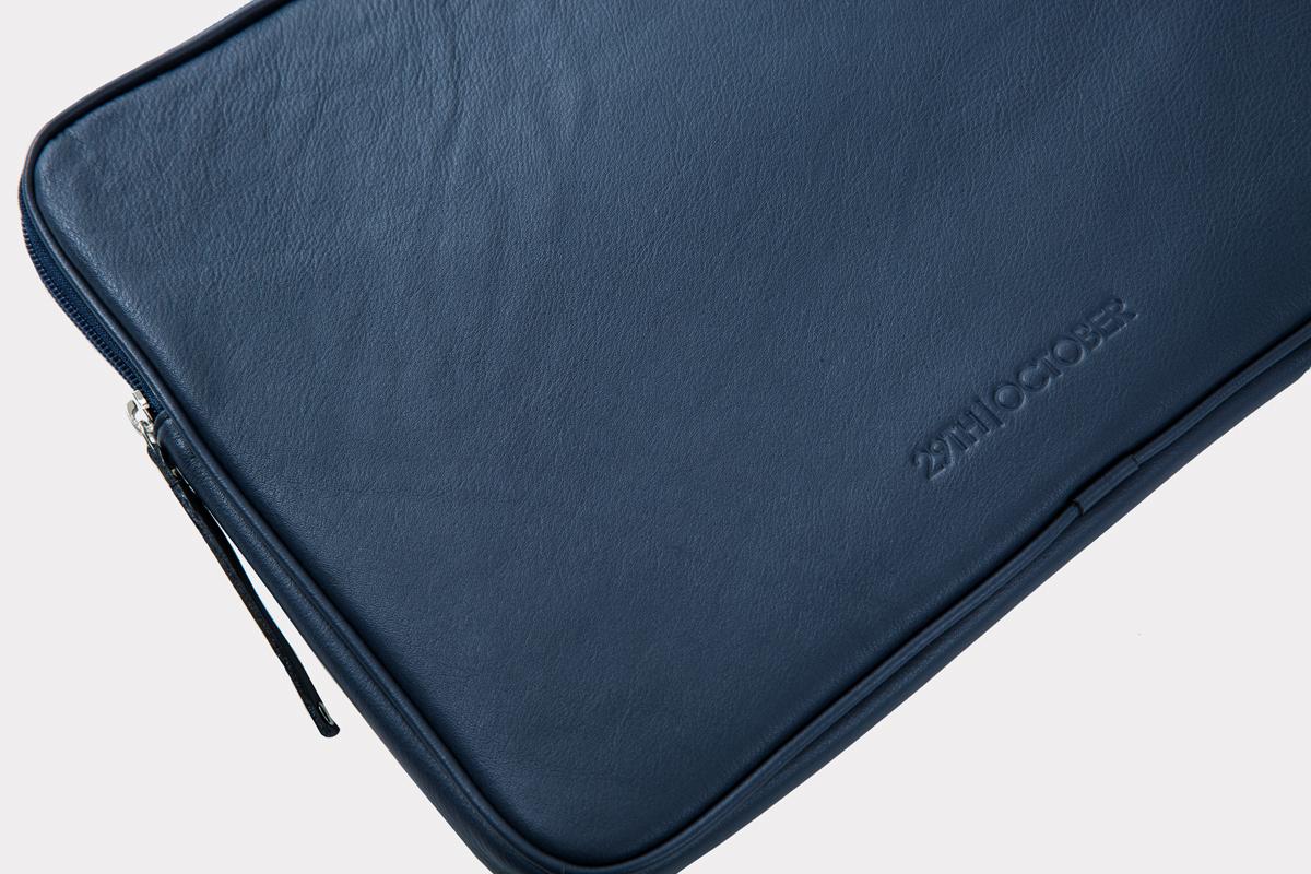 housse-pochette-ordinateur-cuir-veritable-luxe-bleu-detail