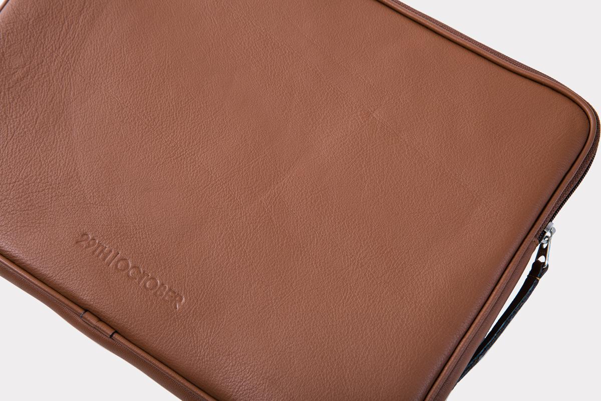housse-pochette-ordinateur-cuir-veritable-luxe-brun-detail
