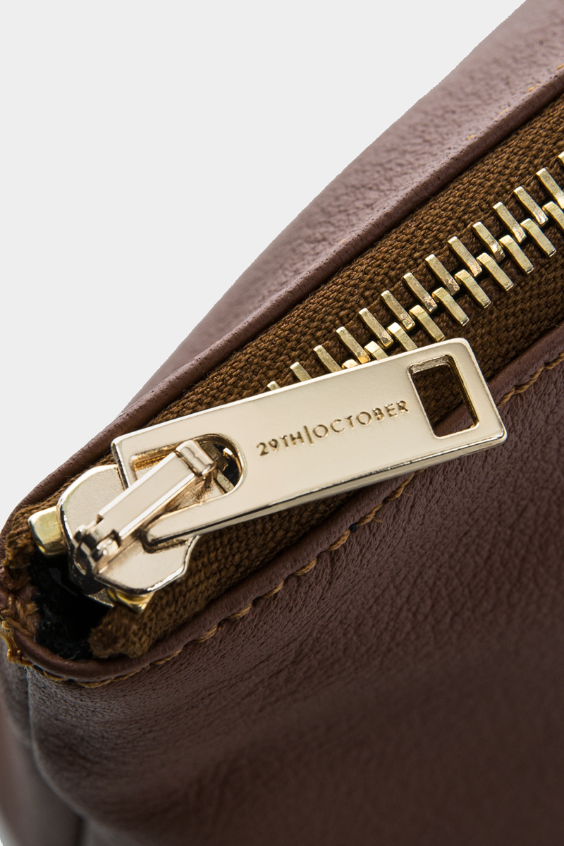 pochette-trousse-maquillage-voyage-luxe-cuir-brun-veau-italien-detail-1
