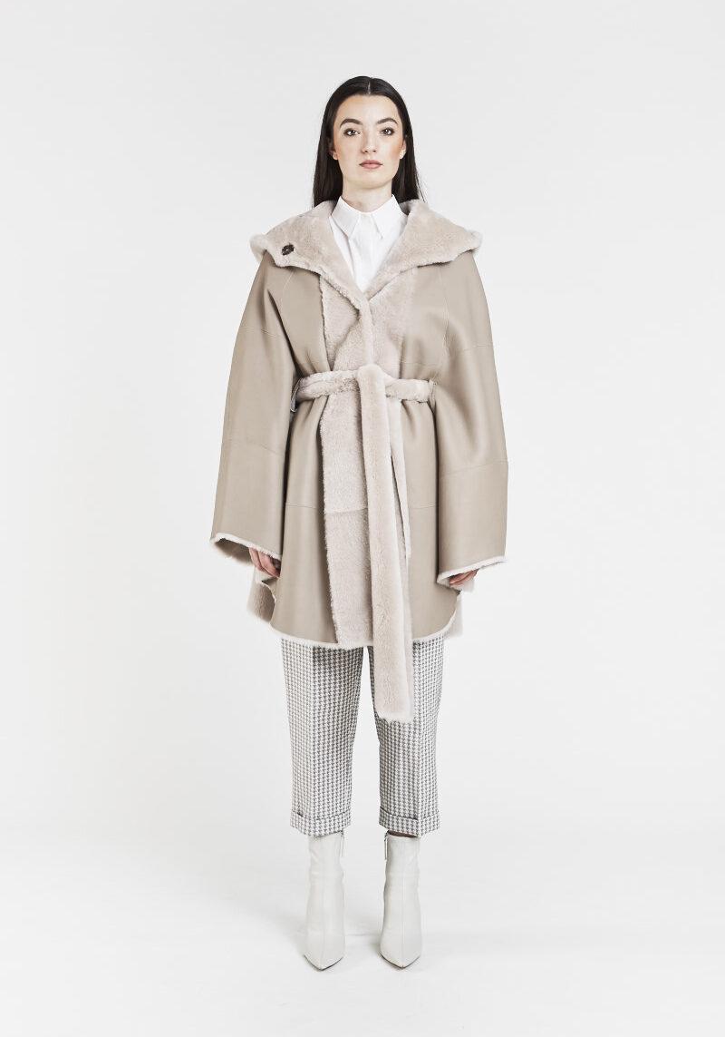 fabiana-cape-veste-chaude-confortable-capuchon-ceinture-agneau-retourne-peau-lainee-elegant-1