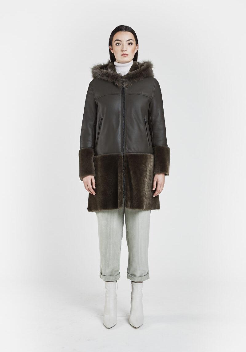 flavia-veste-capuchon-elegante-agneau-retourne-peau-lainee